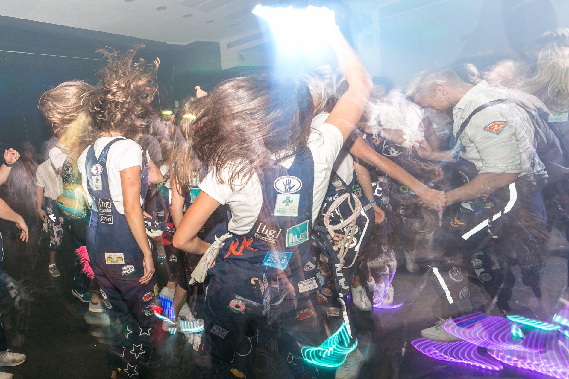 Bild på festade studenter i klubb