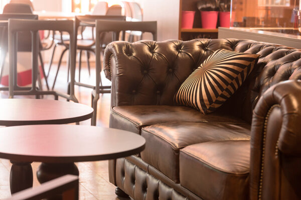 Närbild på tom soffa på Kollektivet